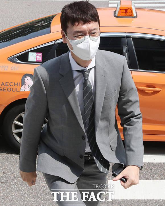 차량도 압수수색 대상, 택시타고 국회 도착한 김 의원.