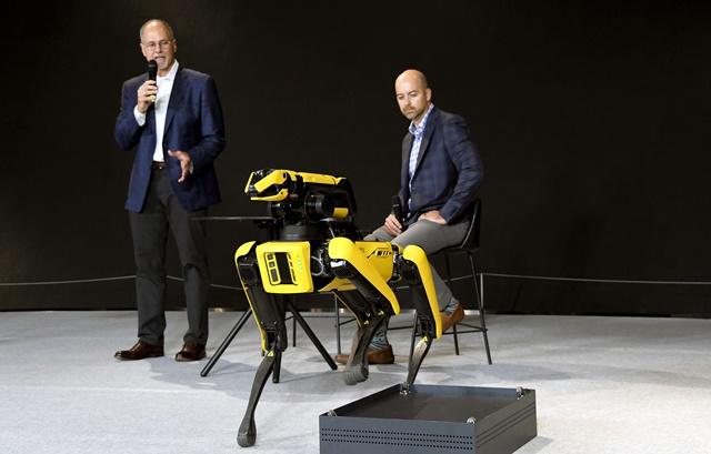 로버트 플레이터 보스턴다이내믹스 최고경영자(왼쪽)가 4족 보행로봇 스팟을 시연하고 있다. /현대자동차그룹 제공