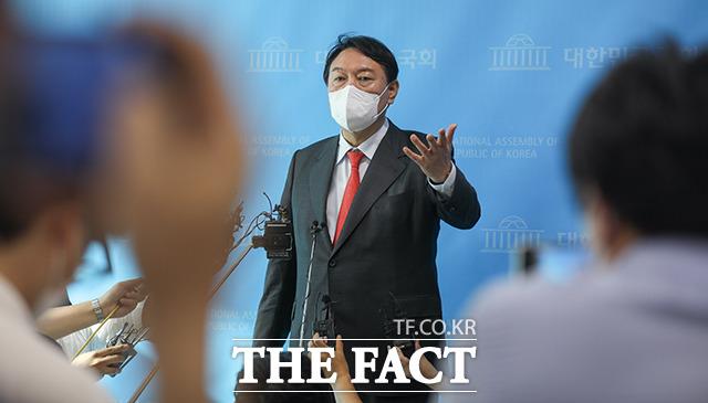 윤석열 전 검찰총장이 지난 8일 오후 국회 소통관에서 고발 사주 의혹과 관련해 해명하는 기자회견을 하고 있다. /이선화 기자