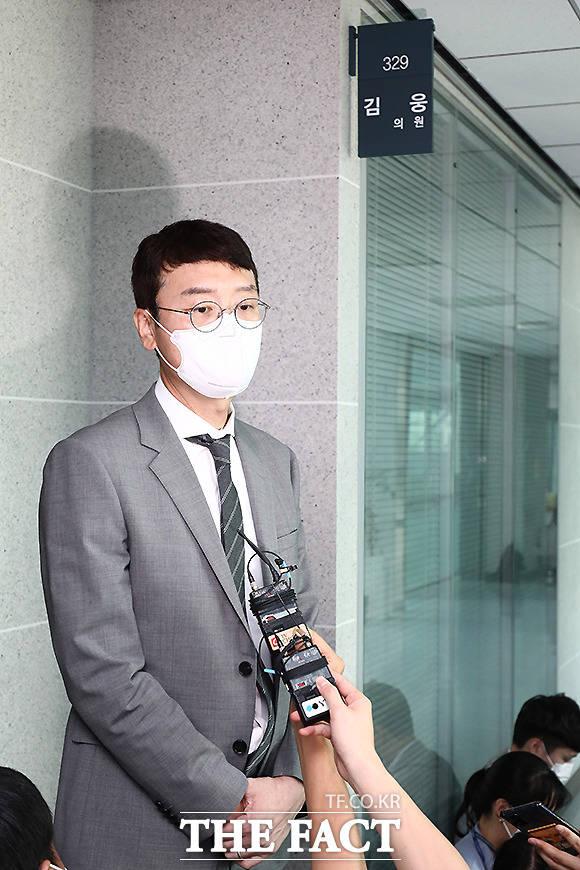 김 의원은 이날 의원실 앞에서 기자들과 만나 적법하게 압수 수색 영장 제시가 전혀 안 된 상태에서 (공수처는) 김웅으로부터 허락받았다고 거짓말하고 압수 수색을 시작했다고 말했다.