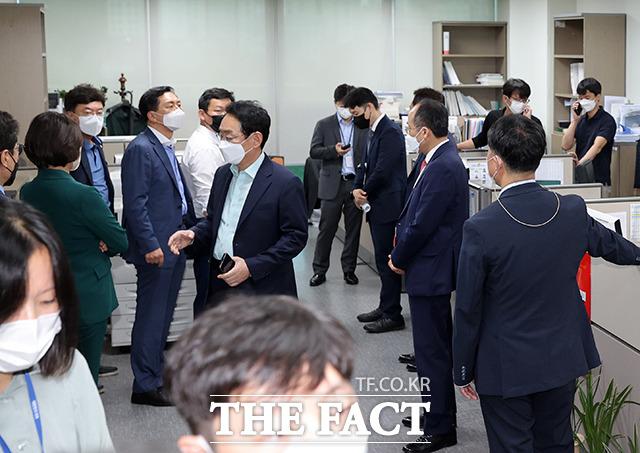 김웅 의원의 사무실 압수수색에 대해 영장 확인 요청과 보좌관 등에 대한 PC 수색에 항의하고 있는 김기현 원내대표 및 국민의힘 관계자들.