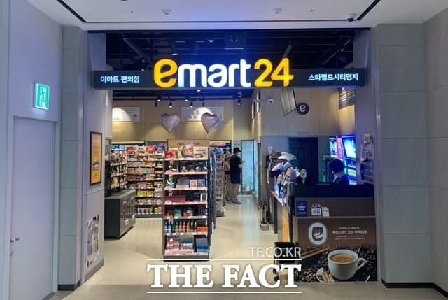 이마트24에서는 삼성전자의 갤럭시 워치4, 갤럭시 버즈2, 갤럭시 버즈 프로와 갤럭시 Z 플립3 케이스, S펜 프로 등을 국민지원금으로 구매할 수 있다. /이민주 기자