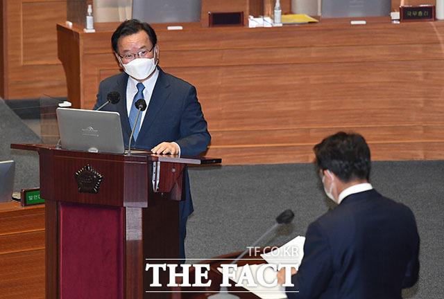 권성동 의원의 질의에 답변하는 김부겸 국무총리.