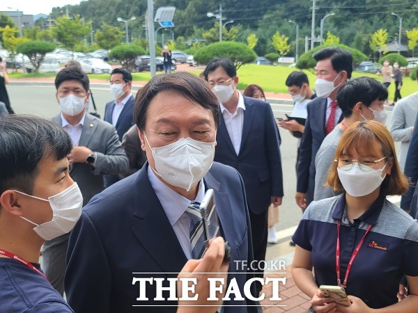 윤석열 전 검찰총장이 SK바이오사이언스 직원들과 셀카를 찍고 있다./안동=이민 기자