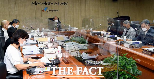 송두환 신임 국가인권위원장이 13일 오후 서울 중구 국가인권위원회에서 열린 제16차 전원위원회 회의를 주재하고 있다. /이선화 기자