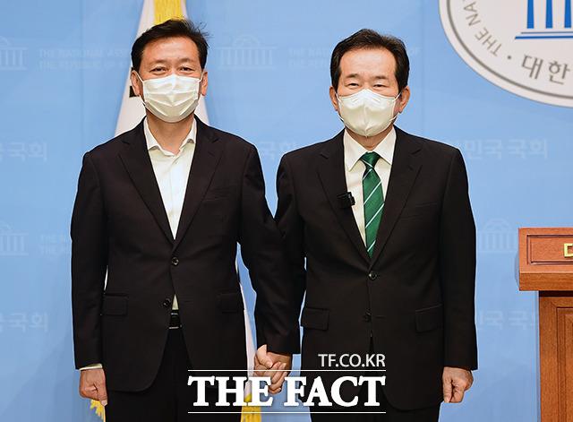 7월 5일 이광재 의원과 후보 단일화 합의를 밝힌 정세균(오른쪽) 후보. /이선화 기자
