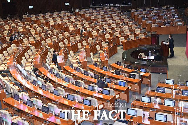 13일 오후 서울 여의도 국회 본회의장에서 정치 분야 대정부 질문이 진행되고 있는 가운데 여야 국회의원들의 의석이 대부분 비어있다. /국회=남윤호 기자