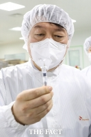 SK바사 '코로나 백신' 점검하는 윤석열 [TF사진관]