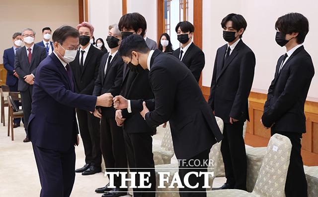 방탄소년단(BTS)과 인사 나누는 문재인 대통령. /뉴시스