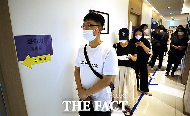 14일 전북도 등에 따르면 전날 오후 5시 30분께 전주시 덕진구 송천동 모 소아청소년과 의원을 찾은 A(12)군이 화이자 백신을 접종했다. /더팩트DB