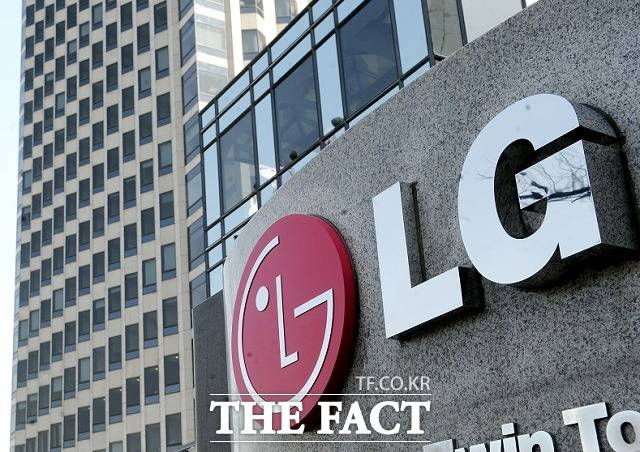 LG는 폐품을 수집해 생긴 수익금을 기부한 최복동(58) 소방위, 익사 위기에 처한 이웃의 생명을 구한 김현필(55) 경위, 이한나(36) 씨, 정영화(31) 소방교에게도 LG 의인상을 수여했다. /더팩트 DB
