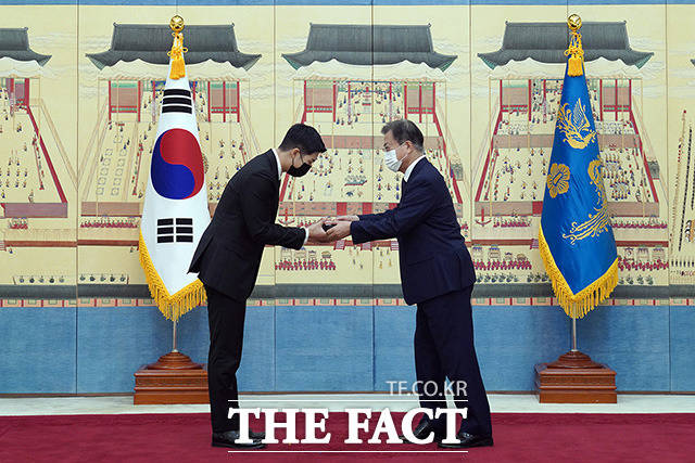 RM(김남준)에게 외교 여권 전달하는 문 대통령. /청와대 제공