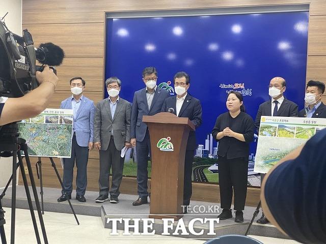 이시종(왼쪽서 네번째) 충북지사가 14일 도청 브리핑룸에서 미호강 살리기 프로젝트를 발표하고 있다. / 청주=전유진 기자