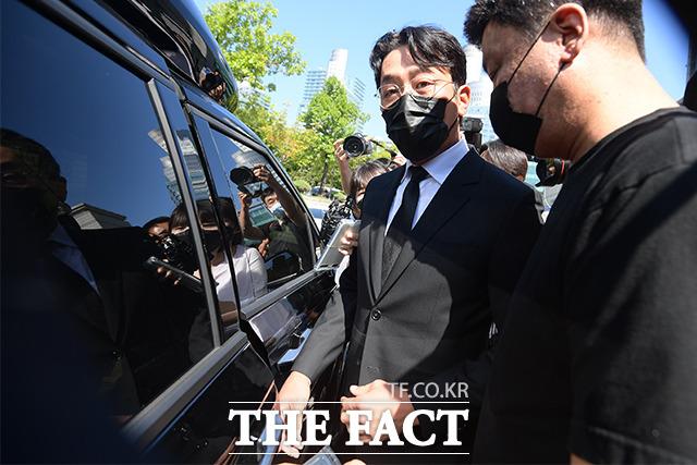 프로포폴 불법 투약 혐의로 기소된 배우 하정우가 14일 오후 서울 서초구 서울중앙지방법원에서 열린 1심 선고공판을 마치고 법원을 나서고 있다. /이선화 기자