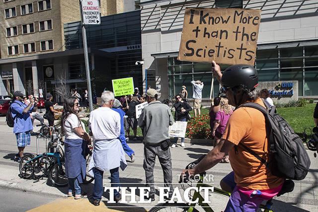 코로나19 백신 의무화와 백신 여권 등 캐나다의 코로나 규제에 항의하기 위해 모인 시위대.