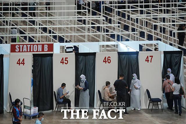 말레이시아 쿠알라룸푸르에 마련된 백신 접종 센터는 전시장을 개조해 만들었다.