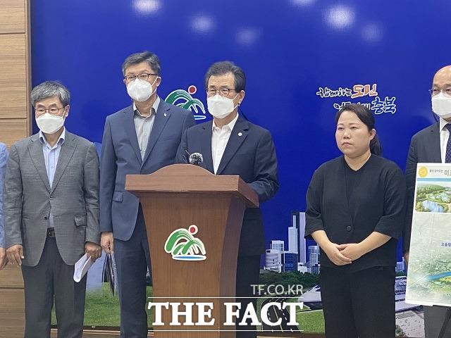 이시종(왼쪽서 세번째) 충북지사가 14일 도청 브리핑룸에서 미호강살리기 프로젝트를 발표하고 있다. / 청주=전유진 기자