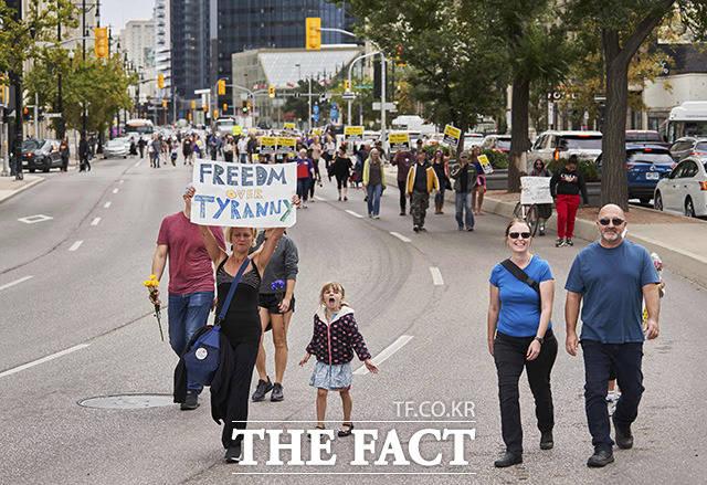 시청까지 행진하며 목소리를 높이는 사람들.