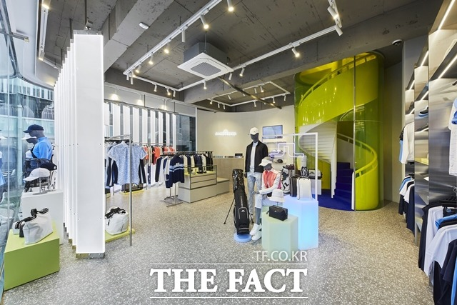 패션업계에서는 기존 브랜드와는 차별화된 신규 골프 브랜드를 론칭하거나 오프라인 매장을 신규 개관하는 등 고객 유치를 위해 움직이고 있다. 사진은 신세계인터내셔날이 올해 처음으로 선보인 골프 관련 플래그십스토어. /신세계인터내셔날 제공