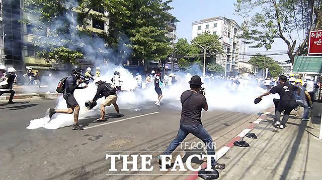 1일 미얀마 양곤에서 쿠데타 반대 시위대가 보안군이 발사한 최루탄을 피해 도망치고 있다./AP 뉴시스