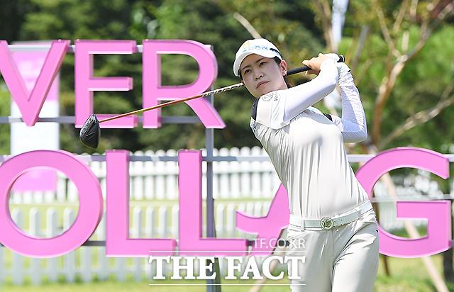 유통업계가 코로나19 이후 급성장하는 골프산업에서 점유율을 늘리기 위해 나서고 있다. 사진은 박민지 선수가 한국여자프로골프(KLPGA)투어에서 티샷을 하는 모습. /이새롬 기자