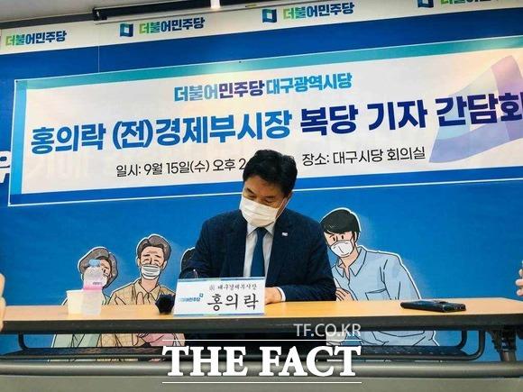 15일 더불어민주당 복당 서명을 하고 있는 대구시 홍의락 전 경제부시장 / 대구 = 박성원 기자