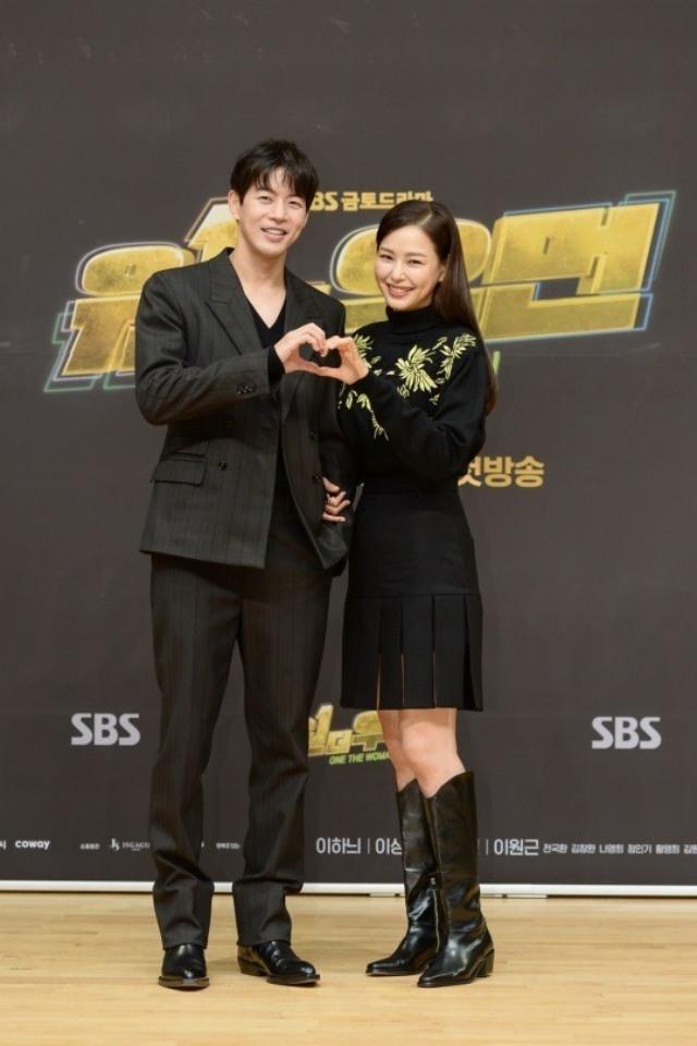 이하늬와 이상윤(왼쪽)이 SBS 새 드라마 원더우먼으로 호흡을 맞추는 가운데, 티키타카 케미를 예고했다. /SBS 제공