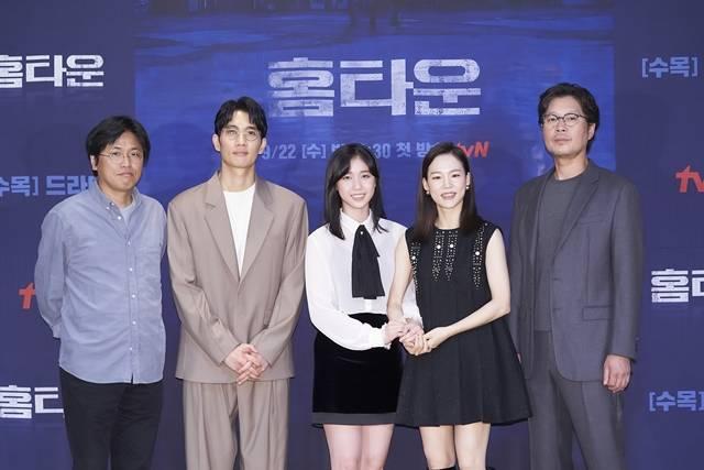박현석 감독과 배우 엄태구 이레 한예리 유재명(왼쪽 부터)가 tvN 새 수목드라마 홈타운 제작발표회에 참석했다. /tvN 제공