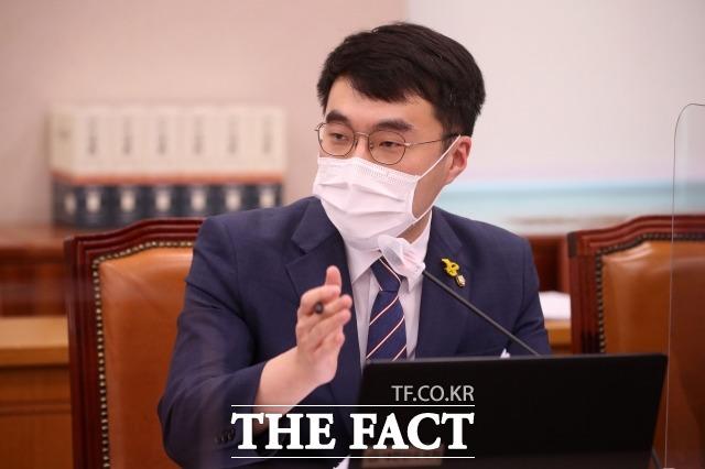 김남국 더불어민주당 의원은 16일 한 언론사가 주최한 2040세대 좌담회 중토 퇴장과 관련해 복잡한 심경에 스튜디오에서 갑자기 눈물이 쏟아져 더 이상 촬영을 계속 진행할 수 없었다고 해명하며 해당 언론사에 사과의 뜻을 전했다. /이새롬 기자
