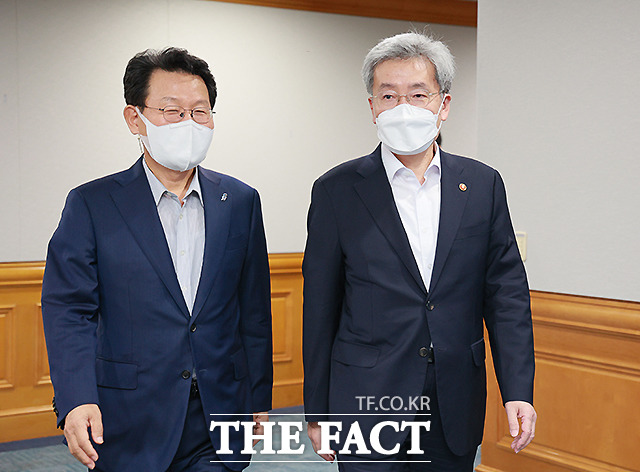나란히 참석하는 김광수 은행협회장(왼쪽)과 고승범 금융위원장.
