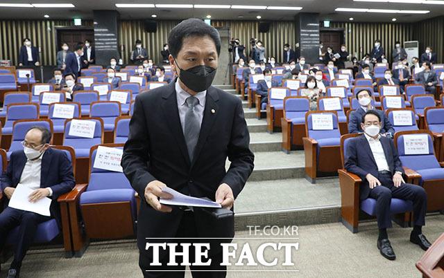 현안 관련 긴급보고에서 발언석으로 이동하는 김기현 원내대표.