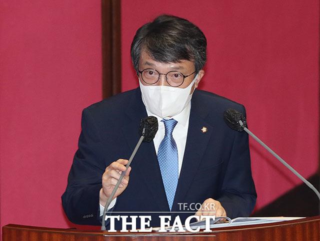 김의겸 의원은 이날 언론사와 사주의 재산공개는 언론에게 영향력에 걸맞는 책임성을 지우고 공정하고 객관적인 보도를 하기 위한 기본 전제라며 관련 법안을 발의할 것을 예고했다.