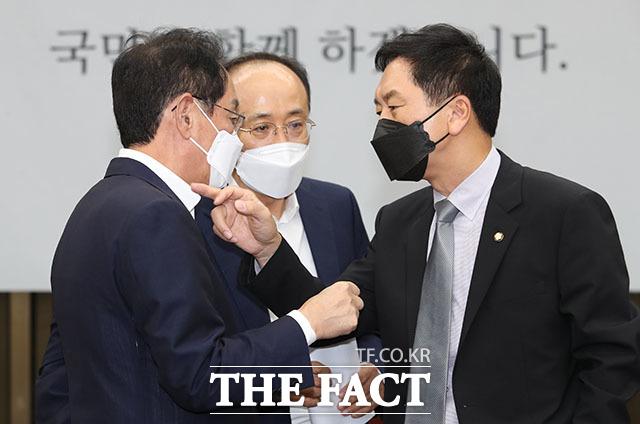16일 오후 국회에서 열린 국민의힘 현안 관련 긴급보고에서 김기현 원내대표와 김도읍 정책위의장, 추경호 원내수석부대표가 대화를 하고 있다.
