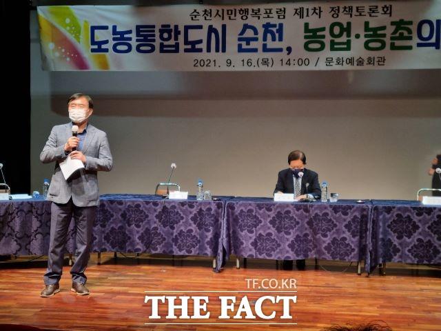 김동현 순천시민행복포럼 공동대표가 정책토론회에 앞서 인사말을 하고 있다. /유홍철기자