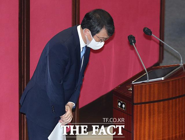 대정부질문 질의 마친 후 인사하는 김의겸 의원.