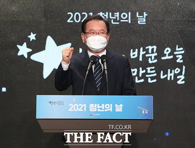 청년의 날 기념식에 참석한 김부겸 국무총리가 파이팅을 외치고 있다.