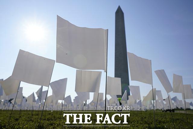 14일(현지시간) 미국 워싱턴D.C. 내셔널 몰에 코로나19 사망자를 추모하는 흰 깃발들이 꽂혀 있다. /워싱턴=AP.뉴시스