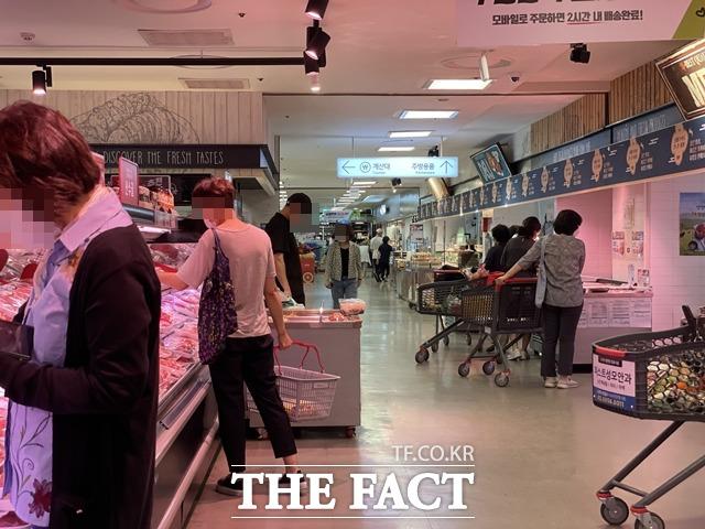 소비자들은 평소에도 기본적으로 사용하는 식재료들 값이 너무 올라서 장보기 부담된다고 토로했다. /문수연 기자