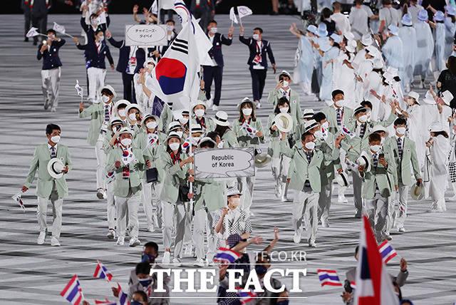 기수인 김연경(배구)과 황선우(수영)을 비롯해 선수 26명, 본부 임원 6명 등이 참석한 대한민국 선수단.