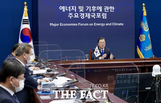 문재인 대통령이 17일 오후 청와대 여민관 영상회의실에서 화상으로 열린 에너지 및 기후에 관한 주요 경제국 포럼(MEF)에 참석해 발언하고 있다. /청와대 제공