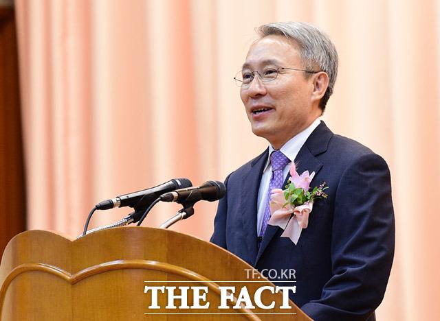 대검은 17일 새 검찰수사심의위원회 위원장에 강일원 전 헌법재판소 재판관을 위촉했다./더팩트 DB