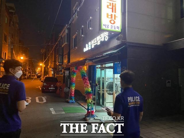 광진경찰서 생활안전계 범죄예방진단팀이 15일 오후 광진구 화양동 골목을 순찰하고 있다. /최의종 기자