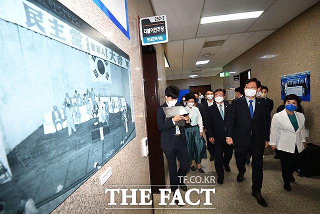 송영길 더불어민주당 대표를 비롯한 최고위원들이 창당 66주년을 맞아 작은 사진전을 마련했다. 왼쪽은 1955년 민주당 창당발기인 대회.