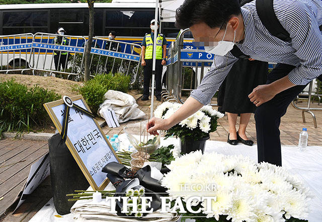 17일 오전 서울 여의도 국회의사당역 3번 출구 앞에 코로나19 거리두기로 인한 생활고에 극단적 선택을 한 자영업자들을 추모하는 분향소가 설치돼 한 시민들이 분향을 하고 있다. /남윤호 기자