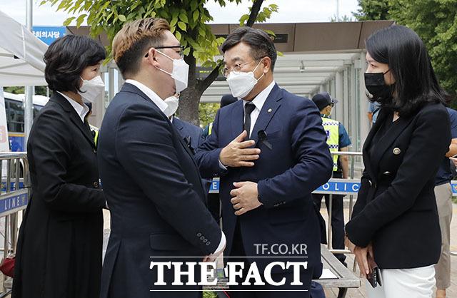 비대위 위로하는 윤호중 원내대표.