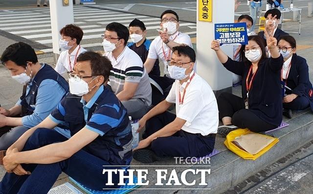 김혜진 팀장(사진)이 구두로만 약속 말고 고용보장 명문화하라고 적힌 피켓을 들고 인천공항에서 일하는 노동자들과 함께 정부에 목소리를 냈다./김혜진 프리죤 팀장 제공.