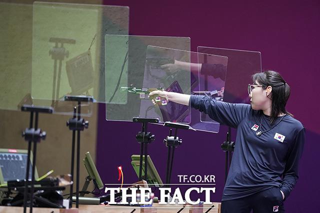 접전 끝에 사격 첫 은메달 획득한 김민정.