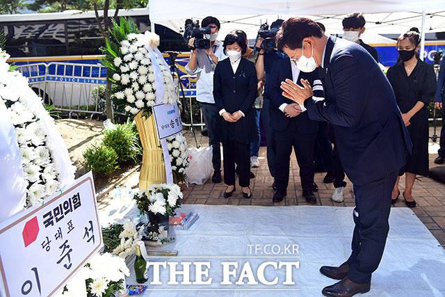 숨진 자영업자 위해 묵념하는 송영길 더불어민주당 대표.