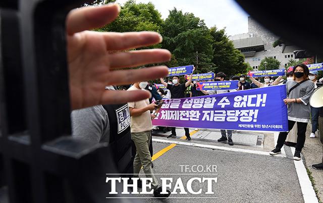 정부의 청년정책을 비판하는 체제전환을 위한 청년시국회의 소속 회원들이 17일 오전 서울 종로구 정부서울청사 별관으로 진입해 기습 시위를 벌이고 있다./임영무 기자