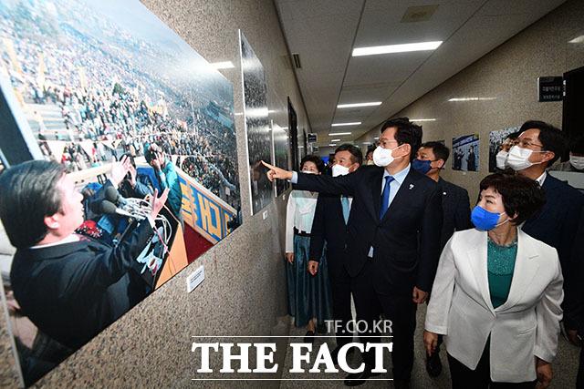 송영길 대표를 비롯한 지도부가 김대중 전 대통령의 사진을 관람하고 있다.
